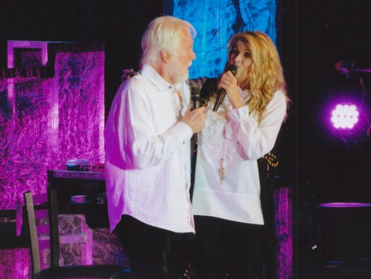Kenny Rogers and Linda Davis perform together.