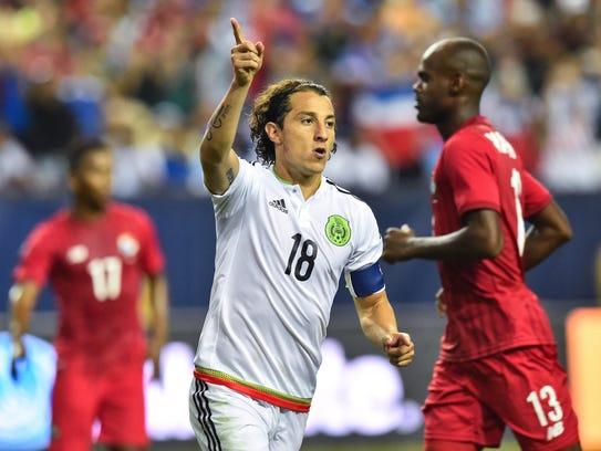 Andrés Guardado celebra el gol de penal anotado a Panamá.
