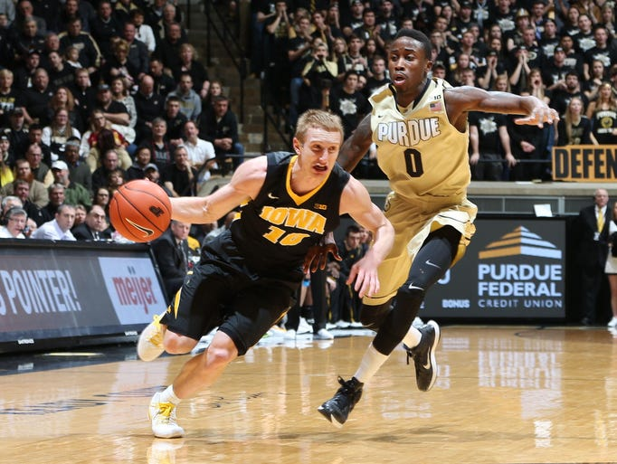 Iowa Hawkeyes guard Mike Gesell (10) drives to the