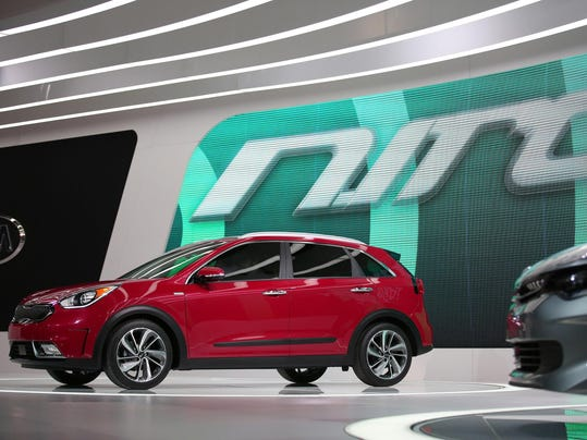 2017 Kia Niro hybrid aims to out-Subaru the Outback and out-gain the Prius