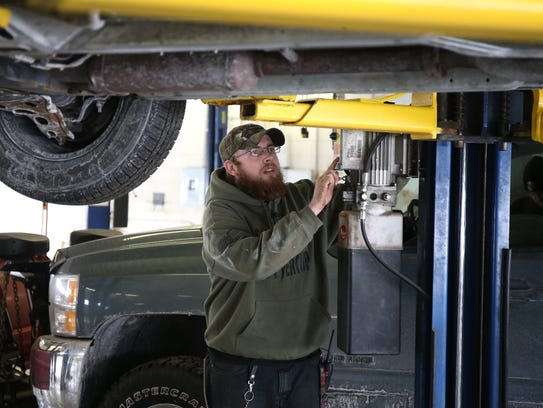 Self serve auto shops cater to diy mechanics david mccartney an oil lube specialist at the diy solutioingenieria Gallery
