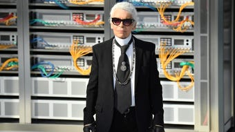 Fashion experts Sharon Kanter and Osman Ahmed discuss Chanel designer Karl Lagerfeld's legacy - his famous work ethic, iconic image and sense of humor. (Feb. 20)