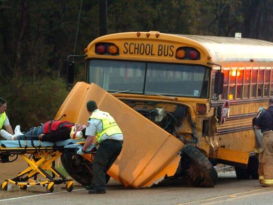 -0105schoolbuswreck.jpg_20110105.jpg