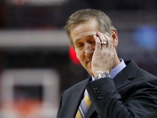 New York Knicks coach Jeff Hornacek rubs his head during