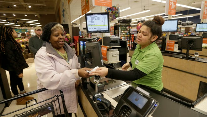 Metro Market employee Samantha Sanchez helps Paula Campbell-Neita of Milwaukee check out. Metro Market parent Kroger Co. said Wednesday itwill soon stop accepting Visa credit cards at Foods Co.stores in California.
