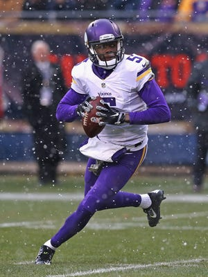 CHICAGO, IL - NOVEMBER 16:  Teddy Bridgewater #5 of the Minnesota Vikings looks for a receiver against the Chicago Bears at Soldier Field on October 19, 2014 in Chicago, Illinois. The Bears defeated the Vikings 21-13.  (Photo by Jonathan Daniel/Getty Images)