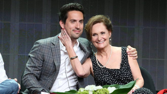 Ed Weeks (Jeremy) gets handsy with Beth Grant (Beverly) at TCA.