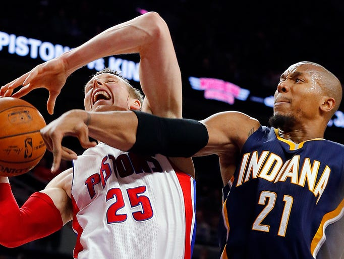 Detroit Pistons forward Kyle Singler (25) drives against