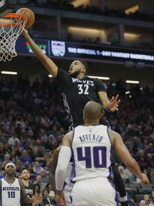 Minnesota Timberwolves forward Karl-Anthony Towns goes to the basket as Sacramento Kings guard Arron Afflalo watches during the second quarter of an NBA basketball game in Sacramento, Calif., Saturday, Oct. 29, 2016. (AP Photo/Rich Pedroncelli)