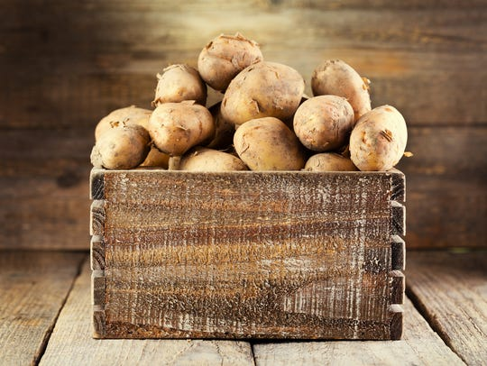 The skin of potatoes contains fiber.