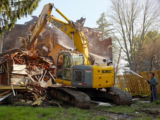 Gary Roberts Transport demolishes a home at 316 North