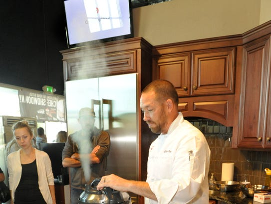 Christian Christensen of Süp prepares jasmine rice