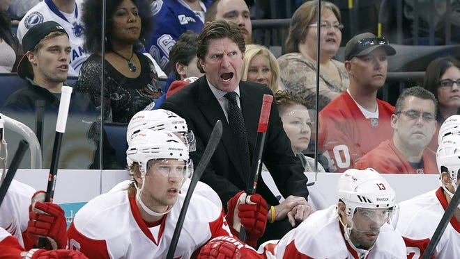 Mike Babcock coaching the Red Wings.