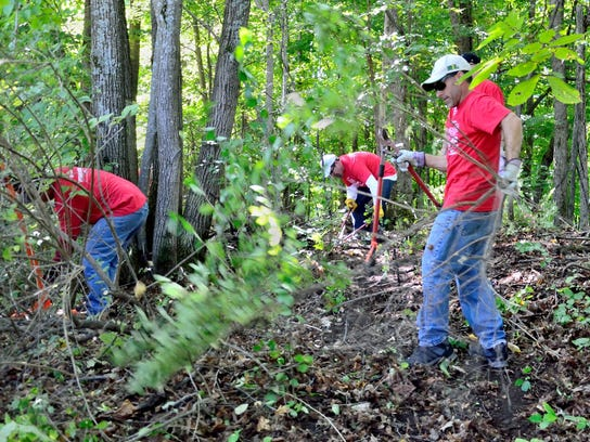 Eagle-Mtn-volunteers-removing-invasive-trees-shrubs-photo-courtesy-of-Lake-C (2)