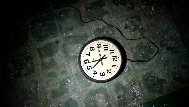 A move to put all of Florida in the same time zone, while following daylight-saving time throughout the year, got the backing of a Senate committee on Tuesday.