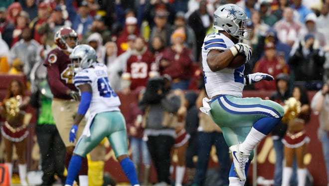Dallas Cowboys running back Ezekiel Elliott (21) carriers the ball to score a touchdown against the Washington Redskins in the first quarter at FedEx Field.