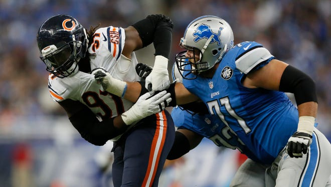 Detroit Lions tackle Riley Reiff (71) grabs the jersey of Chicago Bears linebacker Willie Young on Oct. 18, 2015, in Detroit.