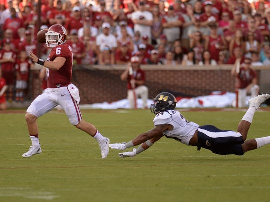 Oklahoma Sooners quarterback Baker Mayfield (6) passes