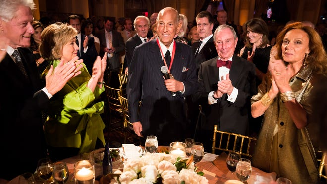 FILE - This April 24, 2014 file photo released by Carnegie Hall shows, from left, former President Bill Clinton, former Secretary of State Hillary Rodham Clinton, fashion designer and honoree Oscar de la Renta, former New York Mayor Michael Bloomberg and fashion designer Diane von Furstenberg at the 2014 Medal of Excellence Gala in New York.  The designer de la Renta, a favorite of socialites and movie stars alike, has died. He was 82.