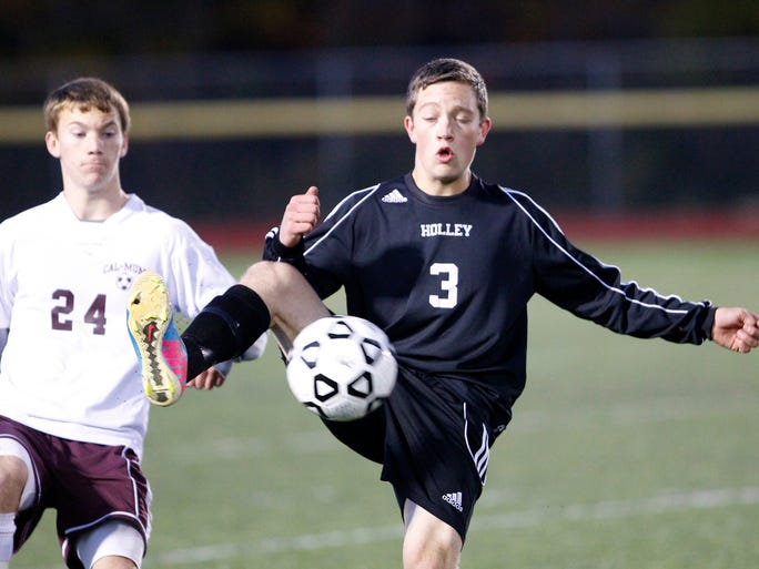 Tyler Chmylak, right, knocks down a ball in front of Cal-Mum's Justin Hinkley.