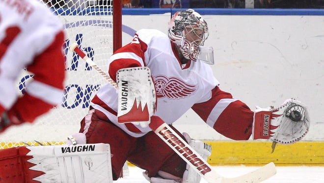 Jimmy Howard makes one of his 29 saves.