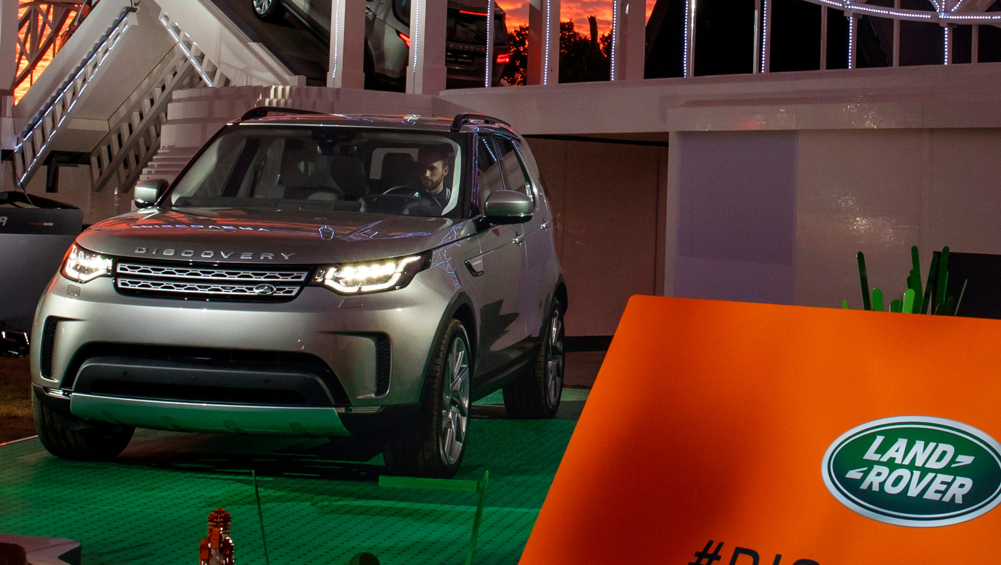 New Land Rover Discovery Suv Sheds Half A Ton Over Lr4