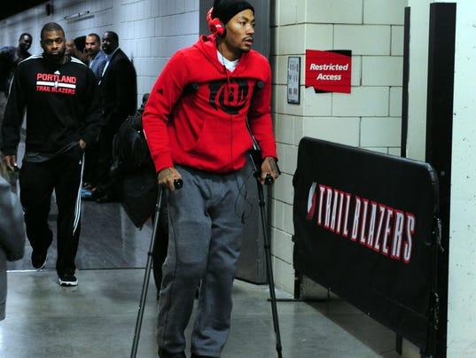 11-24-derrick-rose-crutches