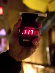 Un par de cervezas puede ser suficiente para que un policía pueda detectar alcohol en un joven.