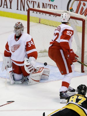 Sidney Crosby scores against Petr Mrazek during the third period Thursday night.