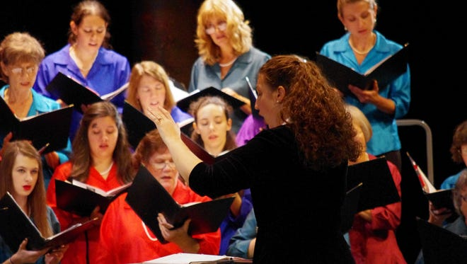 Dr. Leslie Heffner conducts the Tallahassee Civic Chorale.