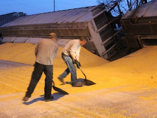 635617580896642428-train-spills-corn
