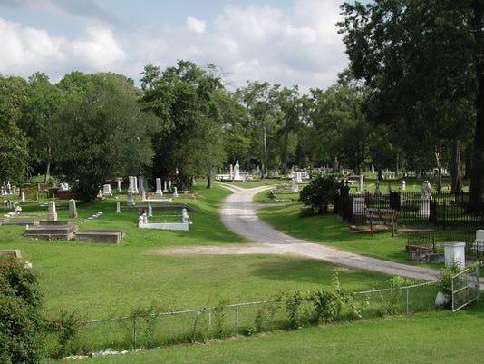 635679000876578782-cemetery