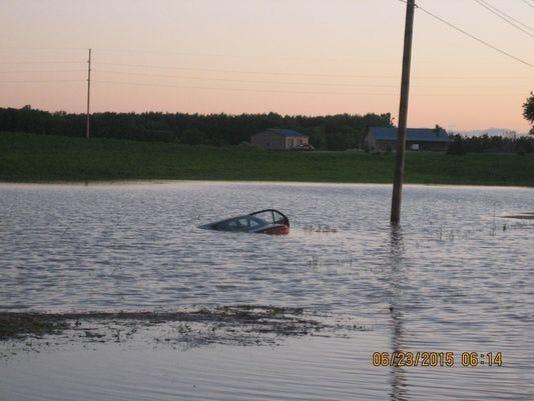 635706680114456382-sinking-car