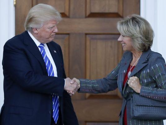 636155122432721545-Trump-Betsy-DeVos.JPG