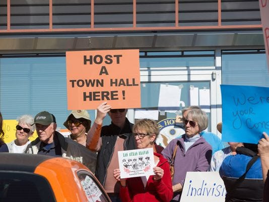 Pearce to hold town hall here