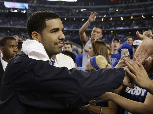 636385537660951170-Drake-greets-UK-fans-by-David-J.-Phillip-AP.jpg