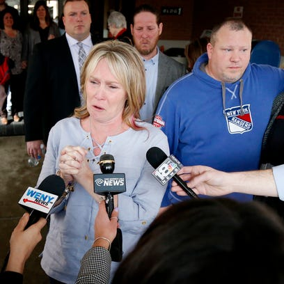 With family behind her, Kelley Stage Clayton's sister,