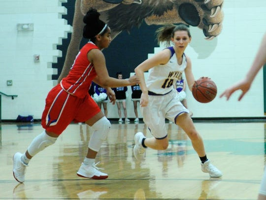 Wylie guard Abbey Henson (10) drives past Midlothian