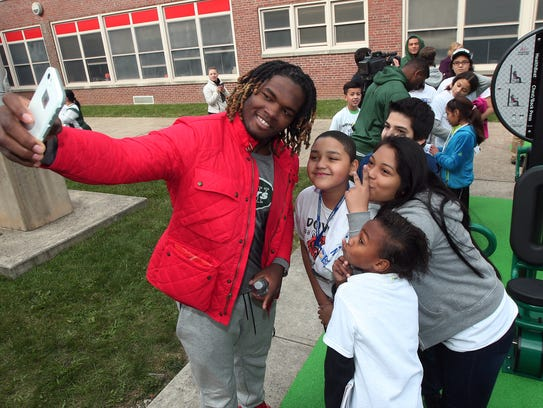 New York Jets OLB Lorenzo Mauldin takes a selfie with