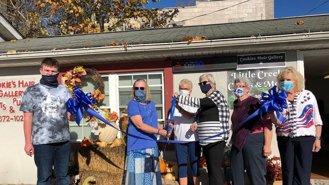 (Above) Ribbon cutting for Little Creek Crafts & More was November 10. Pictured left to right are: Joel Fisher, Connie Fisher, Cookie Milam, Shayne Hannum, Diane Trussell, and Mayor Carolyn Rader.