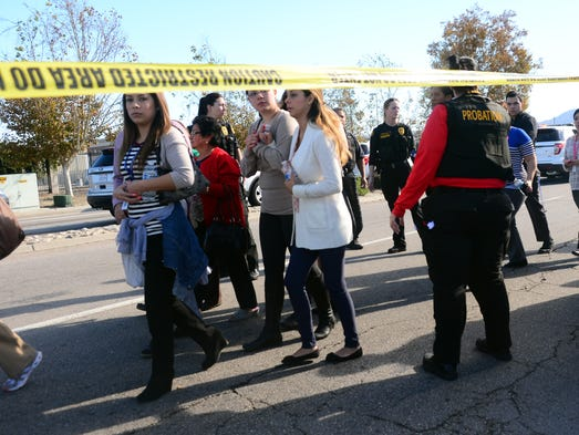 Sobrevivientes son evacuados del área del tiroteo,