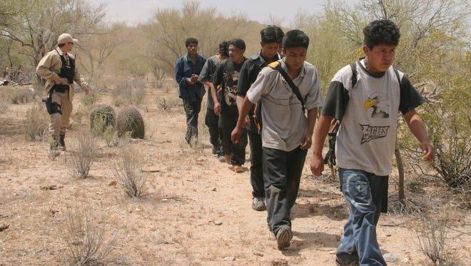 Inmigrantes cruzan el desierto de Arizona.