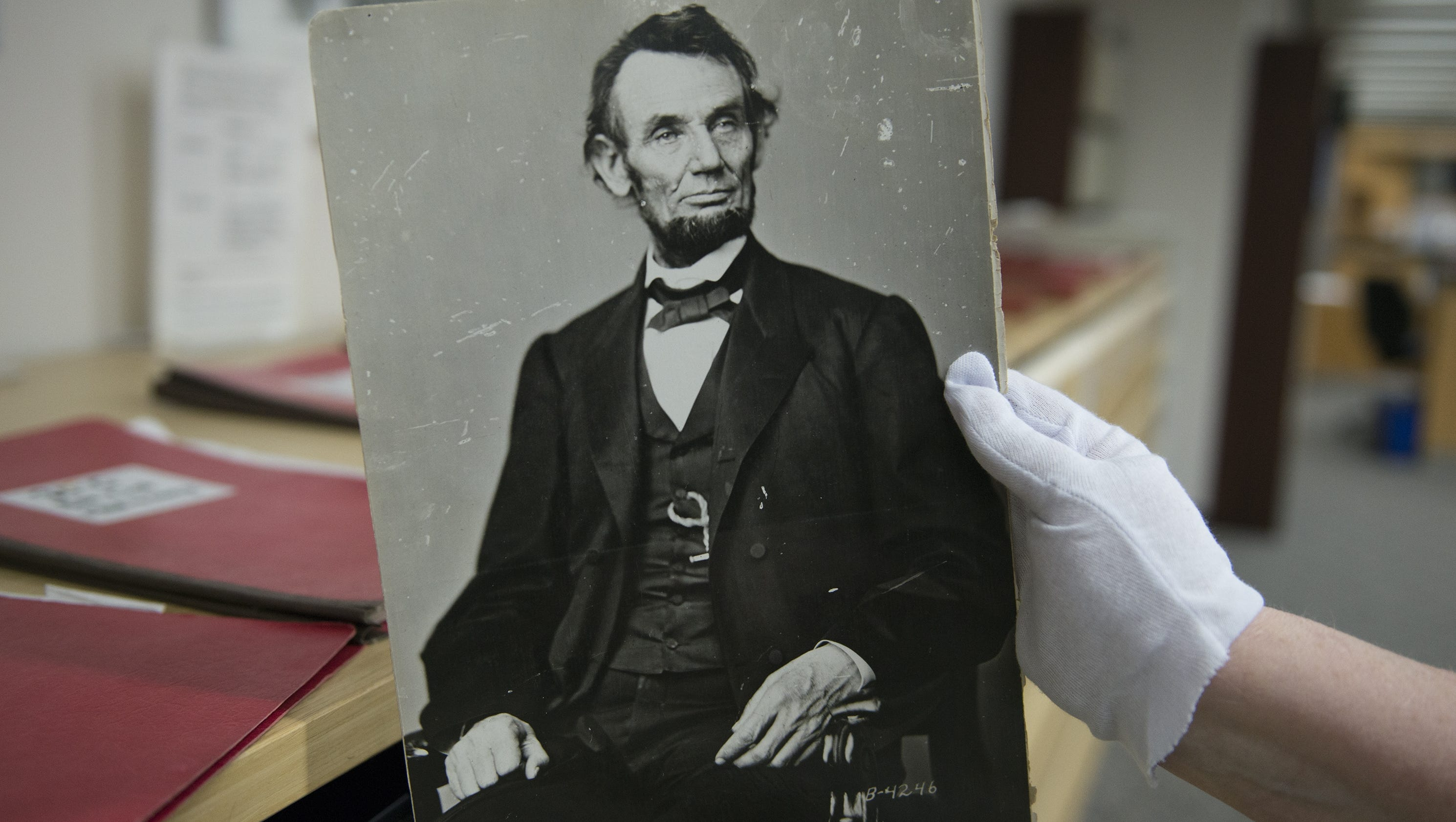 a report on the life of president abraham lincoln Abraham lincoln's last direct descendent died in 1985 in a weird twist of fate, edwin booth saved the life of robert lincoln edwin booth was the older brother of lincoln's assassin, and robert lincoln was the son of abraham lincoln.