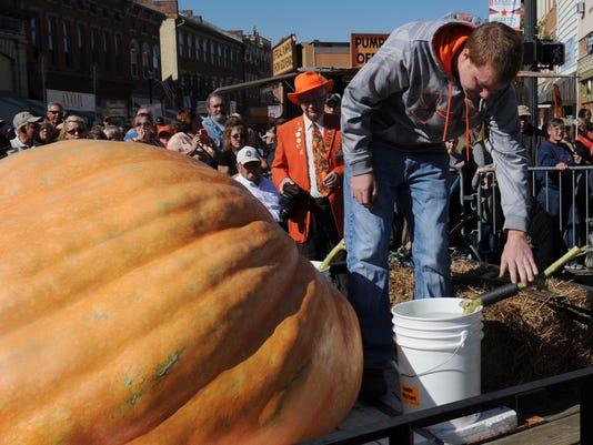 01-CGO-1021-pumpkin-weigh-in