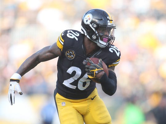 Oct 22, 2017; Pittsburgh, PA, USA; Pittsburgh Steelers running back Le'Veon Bell (26) carries the ball against the Cincinnati Bengals during the first quarter at Heinz Field.