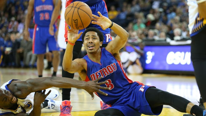 Detroit Pistons guard Spencer Dinwiddie passes the ball against the Golden State Warriors.