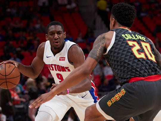 Pistons guard Langston Galloway (9) handles the ball