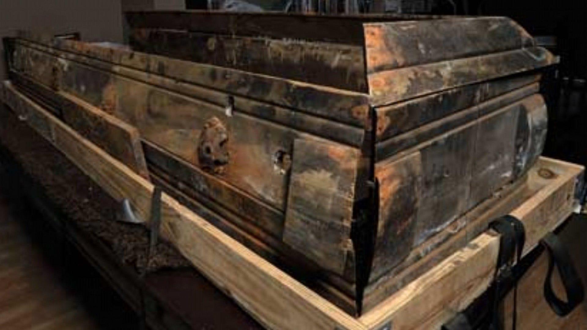 Original casket of improvised materials