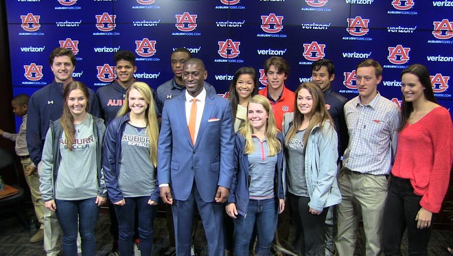 Allen Greene takes a picture with several Auburn student-athletes.