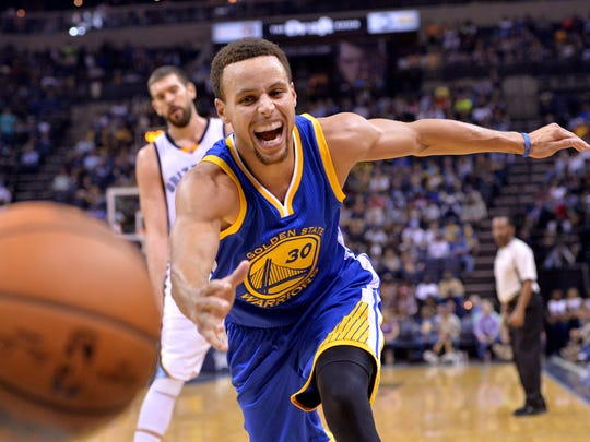 Golden State Warriors guard Stephen Curry (30) chases the ball after knocking it loose from Memphis Grizzlies guard Courtney Lee in the second half of an NBA basketball game, Wednesday, Nov. 11, 2015, in Memphis, Tenn.